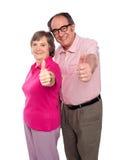 Pares sênior que gesticulam os polegares acima Imagens de Stock Royalty Free