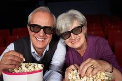 Pares sênior que prestam atenção à película 3D no cinema Foto de Stock Royalty Free