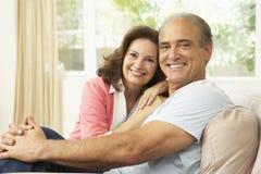 Pares sênior que relaxam em casa Imagem de Stock