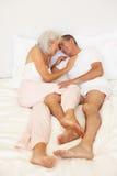 Pares sênior que relaxam na cama Foto de Stock