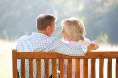 Pares sênior que sentam-se ao ar livre Imagem de Stock Royalty Free