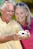 Pares sênior que tomam a fotografia Digital Camer Fotos de Stock Royalty Free