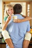 Pares sênior românticos que comem o gelado fotos de stock