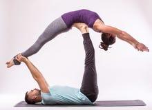 Pares sanos jovenes en la posición de la yoga fotos de archivo libres de regalías