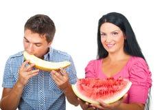 Pares sanos que comen los melones Imagen de archivo libre de regalías