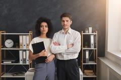 Pares seguros do negócio que estão no escritório Fotografia de Stock