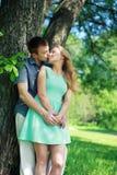 Pares sensuais bonitos no amor que aprecia o beijo fora Imagens de Stock Royalty Free