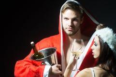 Pares sensuales del Año Nuevo con el vino Foto de archivo libre de regalías