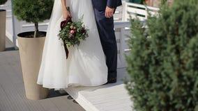 Pares sensuales hermosos de la boda y ramo apacible de flores almacen de metraje de vídeo