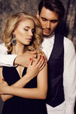 Pares sensuales hermosos en la ropa elegante que presenta en estudio Imagen de archivo libre de regalías