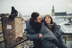 Pares sensuales románticos de la Navidad en amor al ove frío del día de invierno Imagen de archivo