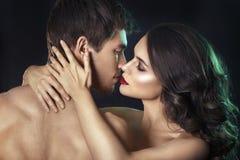 Pares 'sexy' da beleza Beijando o retrato dos pares Mulher moreno sensual no roupa interior com amante novo, par apaixonado Fotografia de Stock
