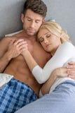 Pares 'sexy' da Idade Média romântica que dormem na cama Fotografia de Stock Royalty Free