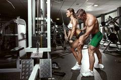 Pares 'sexy' desportivos novos bonitos no gym Fotografia de Stock Royalty Free