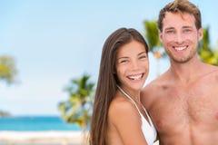 Pares 'sexy' do bronzeado do biquini em férias da praia imagens de stock royalty free