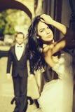 Pares 'sexy' do casamento no arco imagens de stock royalty free