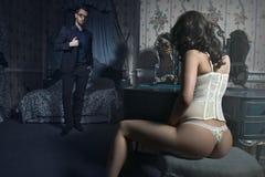 Pares 'sexy' no quarto Fotografia de Stock Royalty Free