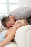 Pares 'sexy' no sofá em casa. imagens de stock
