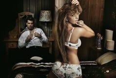 Pares 'sexy' surpreendentes Imagens de Stock Royalty Free