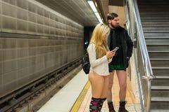 Pares sin los pantalones en el subterráneo Fotografía de archivo