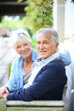 Pares sênior que relaxam no jardim Imagens de Stock Royalty Free