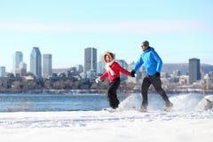 Pares snowshoeing en Montreal Imagen de archivo libre de regalías