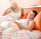 Pares soñolientos en cama Imagenes de archivo