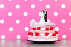 Pares sobre o bolo de casamento Fotos de Stock Royalty Free