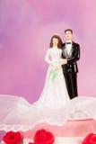 Pares sobre o bolo de casamento Foto de Stock Royalty Free