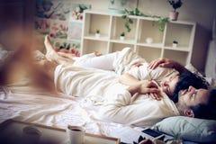 Pares sonolentos na cama Fotos de Stock Royalty Free