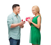 Pares sonrientes con el ramo y el anillo de la flor Fotos de archivo libres de regalías
