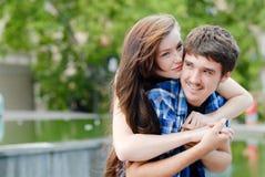 Pares sonrientes felices jovenes que abrazan al aire libre Fotos de archivo libres de regalías