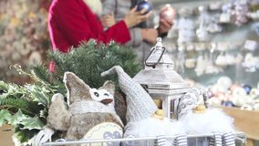 Pares sonrientes felices que hacen compras de la Navidad en tienda del mercado metrajes