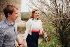 Pares sonrientes felices que se divierten al aire libre Imagen de archivo libre de regalías