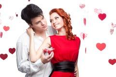 Pares sonrientes jovenes el día de tarjetas del día de San Valentín Fotos de archivo