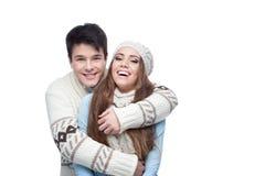 Pares sonrientes jovenes en el abarcamiento de la ropa del invierno Fotografía de archivo libre de regalías