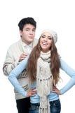 Pares sonrientes jovenes en el abarcamiento de la ropa del invierno Fotografía de archivo