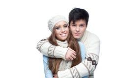 Pares sonrientes jovenes en el abarcamiento de la ropa del invierno Fotos de archivo