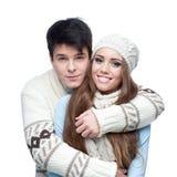Pares sonrientes jovenes en el abarcamiento de la ropa del invierno Imagen de archivo