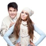 Pares sonrientes jovenes en el abarcamiento de la ropa del invierno Foto de archivo libre de regalías