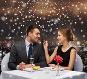 Pares sonrientes que comen el postre en el restaurante Imágenes de archivo libres de regalías