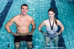 Pares sonrientes que hacen aeróbicos de la aguamarina Foto de archivo libre de regalías