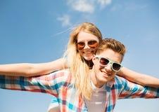 Pares sonrientes que se divierten al aire libre Imagenes de archivo