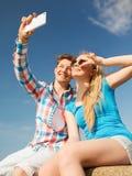 Pares sonrientes que se divierten al aire libre Fotografía de archivo libre de regalías