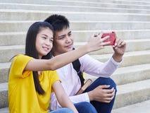 Pares sonrientes que toman un selfie imagen de archivo