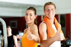Pares Sportive na ginástica foto de stock royalty free