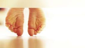 Pares suavemente de los pies del niño en el suelo laminado: opinión inusual de UNDERbed almacen de metraje de vídeo