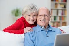 Pares superiores amigáveis com sorrisos satisfeitos felizes fotos de stock royalty free