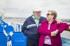Pares superiores aposentados que apreciam a plataforma de um navio de cruzeiros Fotos de Stock Royalty Free