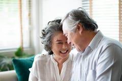 Pares superiores asiáticos no riso do amor foto de stock royalty free